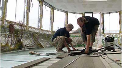 hausboot-bauen-3-eichendielen-verlegen-doit-tv
